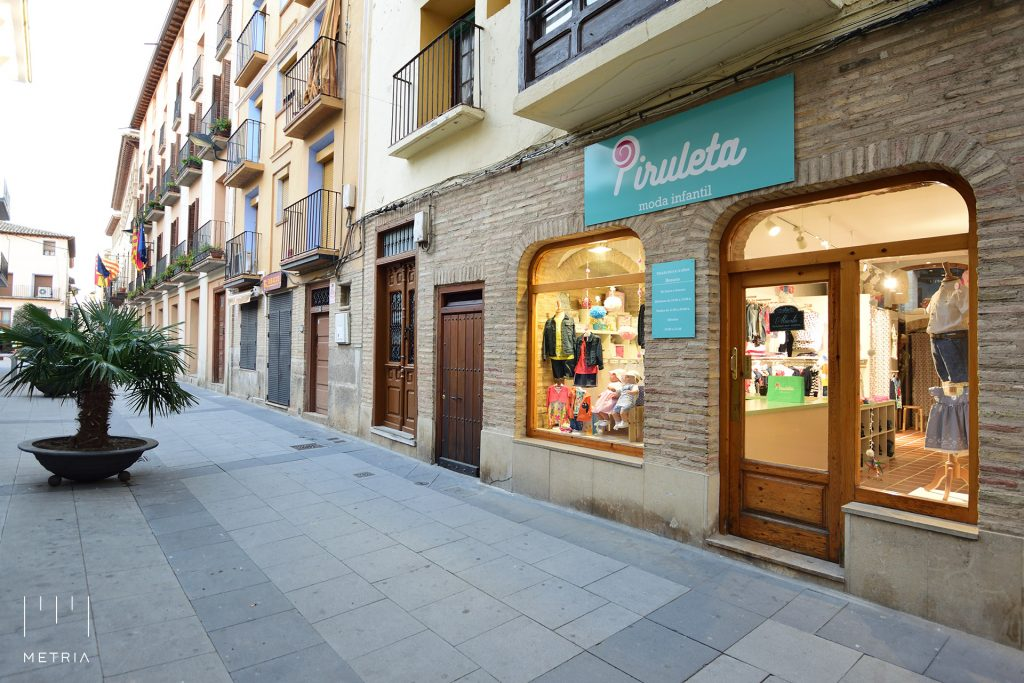 Fachada de tienda de ropa infantil en Borja, Zaragoza