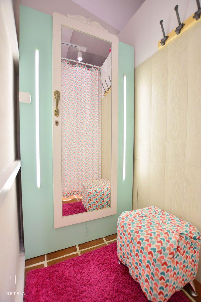 Probador infantil con espejo reutilizado de un antiguo armario
